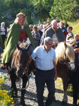 Brudeparet red til hest fra seremonistedet til markedet / The married couple rode back to the market from the ceremony
