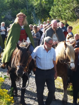 Brudeparet red til hest fra seremonistedet til markedet / The married couple rode back to the market from the ceremony