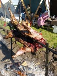 Helstekt villsvin og hjort og villsau i kokegrop. Deilig mat, men en utfordring å servere over hundre gjester / Wild boar, deer and sheep on the menu