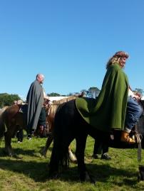 Brudeparet til hest / The bride and groom on horseback