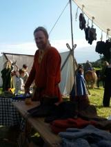 Raskt på plass i boden i finstasen etter vielsen / Back in the market stall after the wedding ceremony