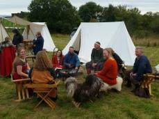 Rundt leirbålet / Sitting around the camp fire