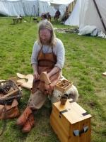 Dagene gikk med til skoproduksjon, men også mye til formidling av skohåndverket / Espen demonstrated shoemaking during the whole market