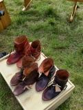 Noen få par med sko igjen ved markedets slutt / Only a few pairs left after the market