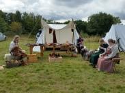 Hyggelig prat og håndarbeid fremfor teltet / Chatting and crafting in front of the tent