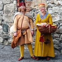 Skomakeren og hans frue har ankommet Bergenhus / The shoemaker and his wife have arrived at Bergenhus