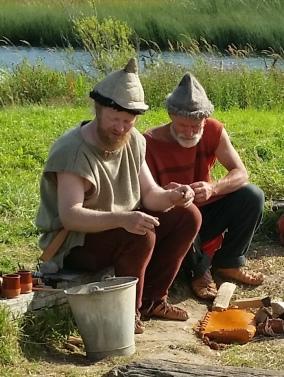 Espen og Mikael bearbeider knusk. Unnskyld bøtten, men det var etter stengetid / Espen and Mikael making tinder. Sorry about the bucket, but it was after opening hours