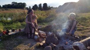 Her slapper vi av ved bålet etter endt dag / Reelaxing by the fire after workday