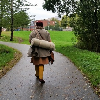 På vei til byen, med autentisk oppakning / Going to town, with authentic packing