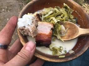 Stuingen ble servert til de besøkende, men jernalderfolket fikk også brød og kjøtt til / The stew was also served as tasting samples, the residents got meat and bread. Foto/Photo: Lene Andli Jensen