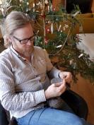 Espen nålebinder votter i godstolen ved juletreet / Needlebinding in the resting chair by the Christmas tree