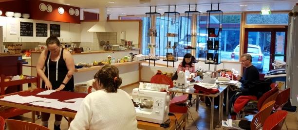 Symaskiner og stoff i kafeen på Hordamuseet / Sewing machines and fabric all over the museum