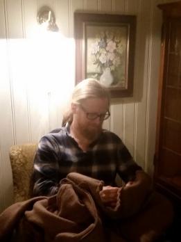 Espen bruker første kveld til å få ferdig den nye kjortelen / Stitching in the evening
