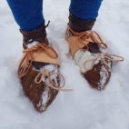 Hudsko med isbrodder forfra / Hide shoes with crampons seen from the front