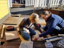 Lena og Sigvald snekrer kassebil / Making soap box car