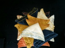 Ti par fotkluter, med stoff og tråd i forskjellige farger, slik at de kan skilles fra hverandre / Ten pairs of foot cloths in different colors to keep them from each other