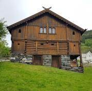 Finnesloftet ligger ruvende til i lien over Vossevangen / The loft is situated in the hill above Voss