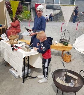 Det ble brukt bålpanne og klebersteinsformer til tinnstøpingen / Using fire and soapstone moulds for casting