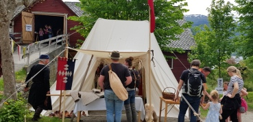Kjentfolk fra Karmøy besøker Handverkslagets utstillingstelt / Interested visitors