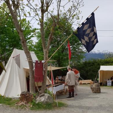 Utstillingstelt med våpen, drakter og utstyr, og selvsagt også jernutvinning mm. / Exhibition tent with weapons, costumes and much more