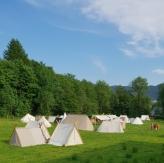 Øvre leir, der det i år også var kampplass, bueskyting og åpningsseremoni / The camp has expanded to the field alongside the museum