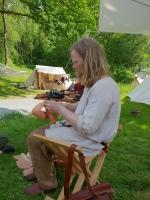 Espen viser hvordan man laget sko / Espen shows how shoes were made