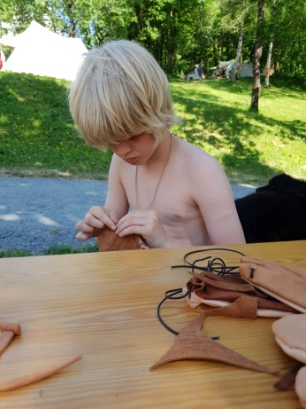 Sigvald syr skinnpung på Bjørgvin Marknad, der Lena også hadde samme tilbud / Sigvald making a leather pouch at Bjørgvin Market, where Lena also offered this activity