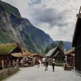 Flott beliggenhet på Njardarheimr Vikingvalley i Gudvangen / Njardarheimr Vikingvalley is situated in dramatic surroundings