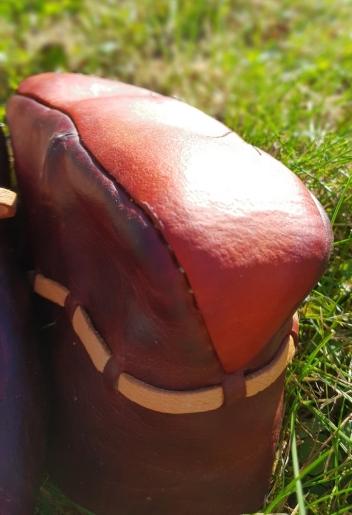 Detalj av den oppbøyde hælen, som er så typisk for vikingtidens sko / Raised heel typical of the Viking Age