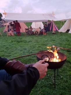 Espen nytter høvet til skopuss før helgens økter, Frie Duellister sin leir er rigget / Espen is greasing our shoes in front of the fire