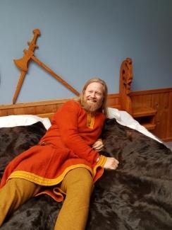 """""""Vikingsenger"""" med kuskinn innbyr til posering / """"Viking"""" beds with cow skins ask for posing"""
