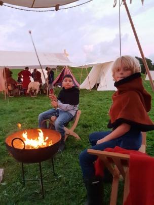 Bålkos i vikingmixklær, da det ble kjølig, måtte varme vikingklær og bålpannen frem / Mix of modern and Viking clothes in front of the fire Friday night