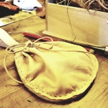 Lena har laget flere typer vesker og punger fra skinnrester / Lena makes a lot of pouches and bags from leftovers