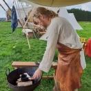 Espen støpte torshammere i tinn med publikum / Espen was casting Thor´s hammers in pewter with the visitors