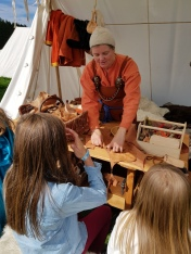 Lena laget skinnpunger sammen med barn / Lena was making leather pouches with the chieldren