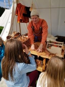 Lena laget skinnpunger sammen med barn / Lena was making leather pouches with the chieldren