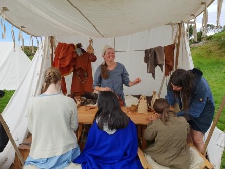 God stemning i teltet med skinnpunglaging på Lygra / Making pouches was a popular activity at the Viking market at Lygra
