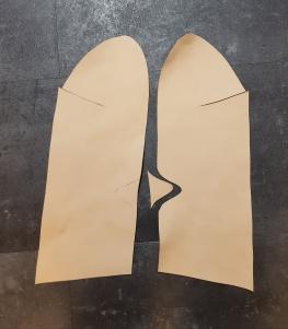 Det er lettere å skjære bort trekanten ved hælen etter at omrisset av overlæret er skåret / It makes sense to cut the triangles after cutting the outline of the shoe