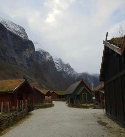 Stille i vikinglandsbyen før utstillere og markedsgjester rykket inn lørdag morgen / A quiet morning before the market