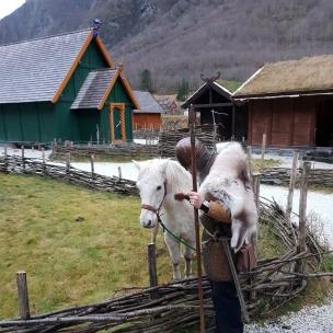 Smeden og hesten i prat tidlig søndags morgen / The blacksmith and the horse