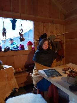 Lena hadde med skinnrester og verktøy slik at publikum kunne få lage seg en egen skinnpung / Lena brought leather scraps so that the visitors could make pouches