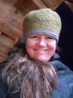 En ikke hk lue med kant i refleksgarn / A non-historical hat with reflective yarn
