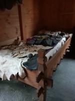 Morten hadde med seg spinnehjul og teiner, i tillegg til nålebindingsnåler i forskjellig materiale / Morten's needles and spindles on the bed