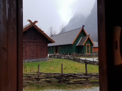 Utsikt gjennom døren mot høvdinghuset / Nice view from our door towards the chieftain's hall