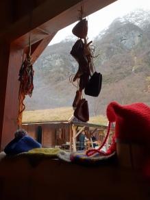 Vi hadde både slendresnorer og skinnpunger som småvarer i tillegg til varme luer, votter og sokker / We also had pouches and braids in addition to needle-binding and shoes