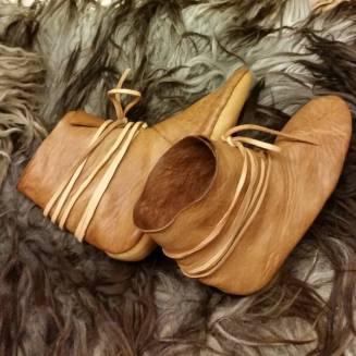 Støvler med oppbøyd, trekantet hæl / Boots with triangular heel