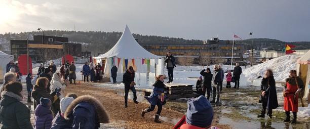 Kjepphestveddeløp mellom arrangørene og kommunestyret / The festival commitee racing the local politicians