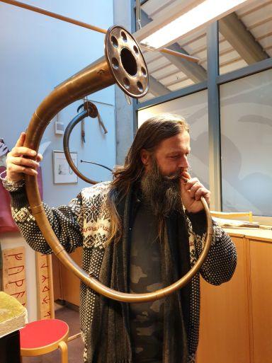 Hans Gunnar prøvde bronseluren før Lena / Hans Gunnar tried the trumpet horn before Lena