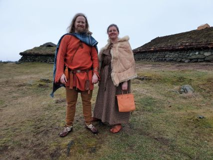 Høvding og frue fra storgården Stend besøker Ullandhaug / The chieftain from the Stend and his wife visiting Ullandhaug