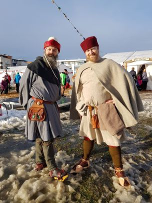 Hans Gunnar og Espen hevet over slapsen i sine patiner / Hans Gunnar and Espen standing in the wet snow in their wooden pattens